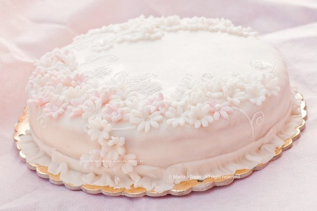 Tortina romantica con decorazioni in pasta di zucchero e ghiaccia reale