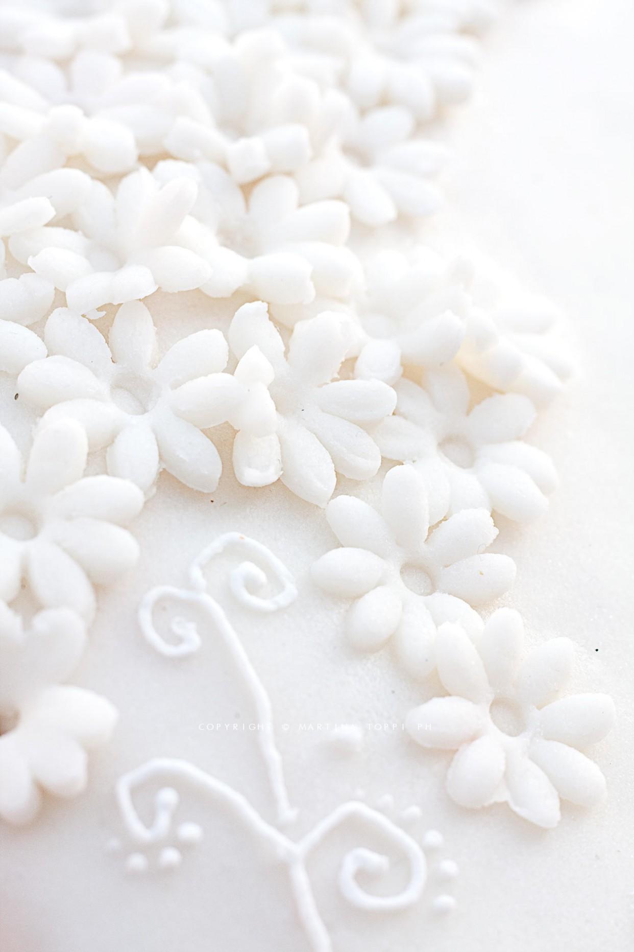 Torta romantica decorata in pasta di zucchero
