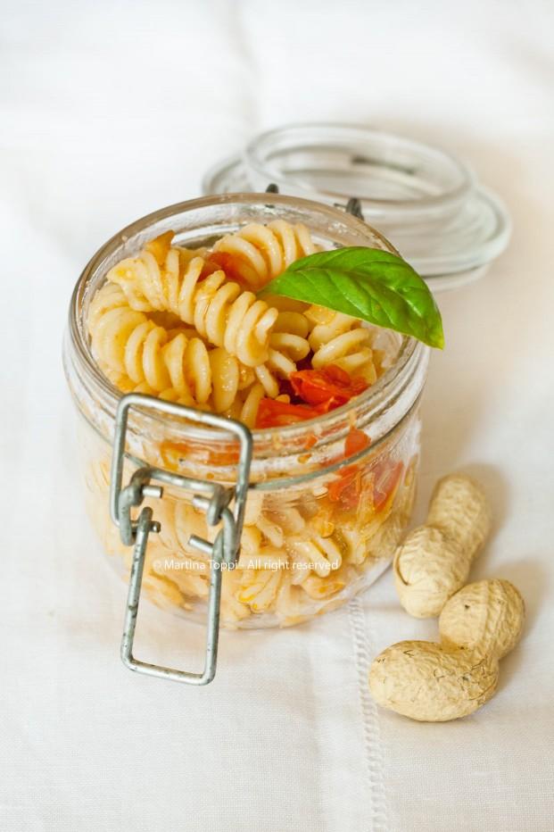 Fusilli sfiziosi con pomodorini e arachidi