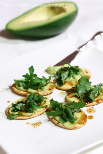 Crostini con salsa di avocado, rucola e vinaigrette al balsamico