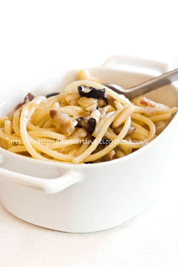 Spaghetti sfiziosi pancetta olive nere e pinoli