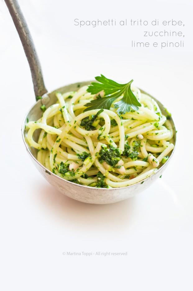Spaghetti al trito di erbe aromatiche, zucchine e pinoli
