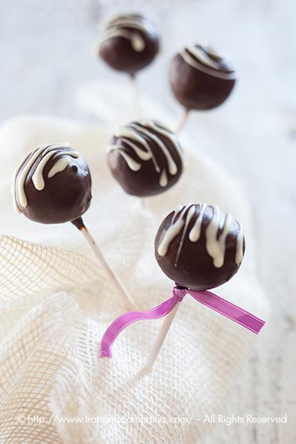 Cake pops al cocco ricoperti di cioccolato fondente