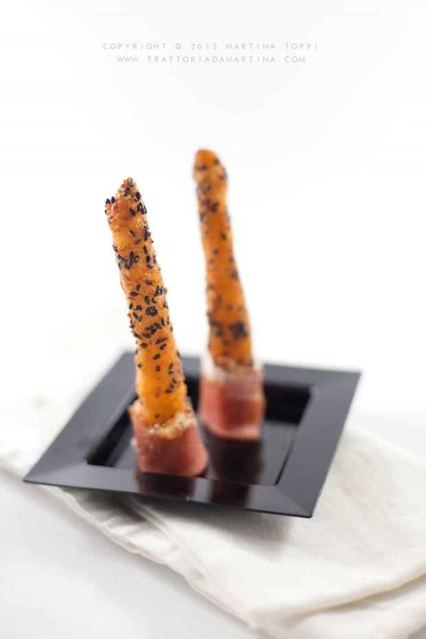 Idea finger food: grissini di patate al sesamo nero con speck arrotolato