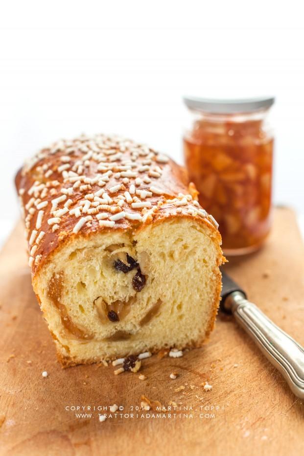 Pan brioche con ripieno di confettura di mele, pinoli e uvetta