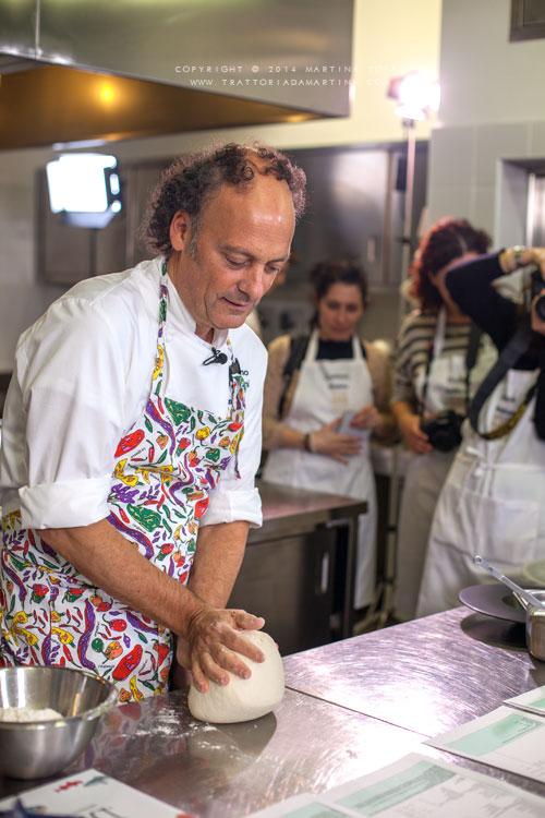 Moreno Cedroni mentre impasta