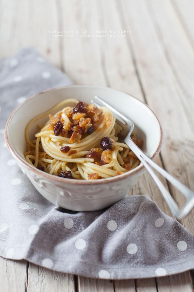 Spaghetti al pane tostato con pinoli e uvetta