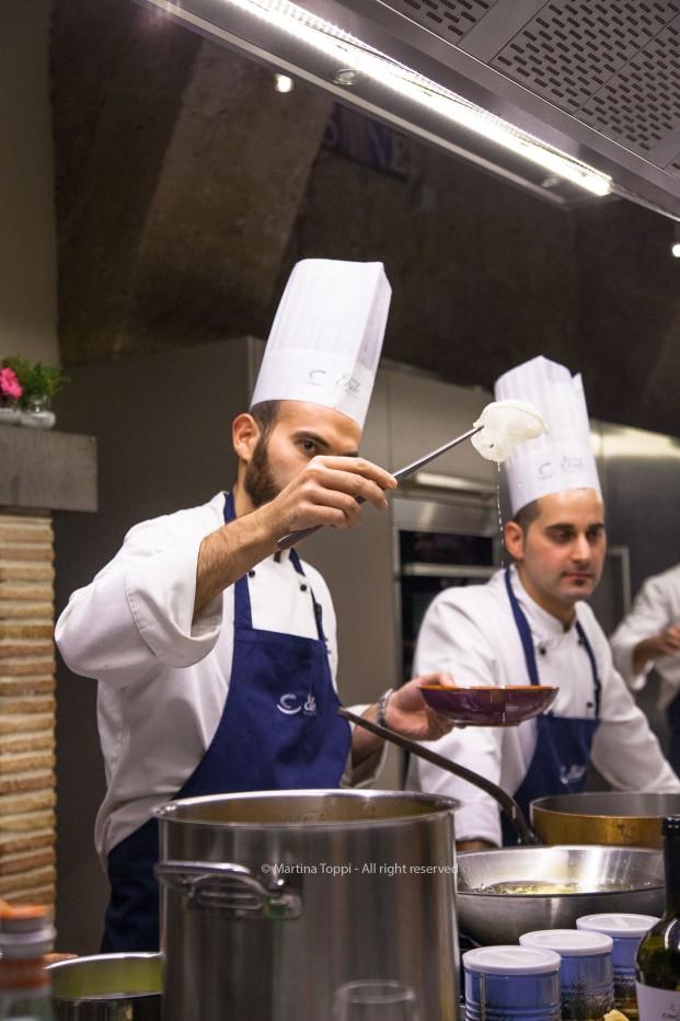 Chef Simone de Siato frigge le chips di parmigiano