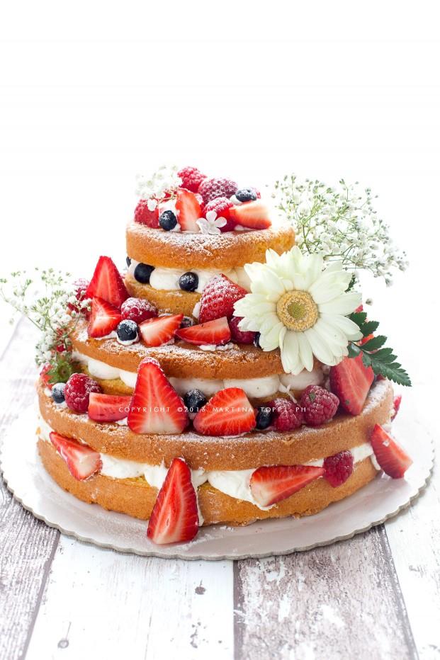 Naked cake alle fragole e frutti di bosco